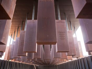 Memorial_Corridor_at_The_National_Memorial_for_Peace_and_Justice_2048px_Soniakapadia, CC BY-SA 4.0 via Wikimedia Commons
